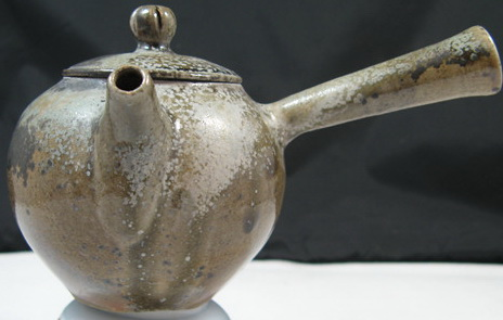 陶瓷設計新秀:陳組恩亞太創意技術學院  侧把柴燒壺110cc